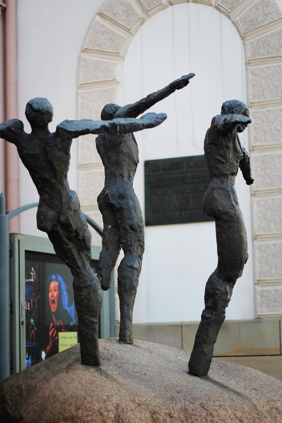rzeźby przed teatrem Wandy Siemaszkowej w Rzszowie