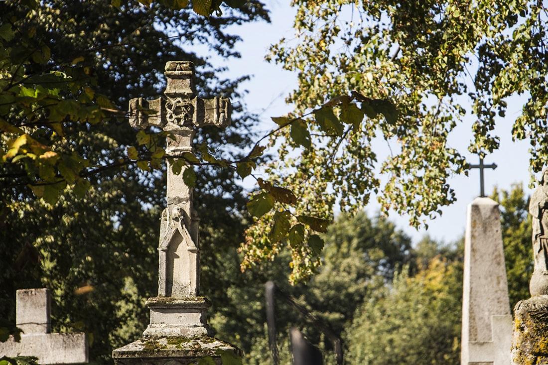 Kamienne pomniki na starym cmentarzu w Tarnogrodzie
