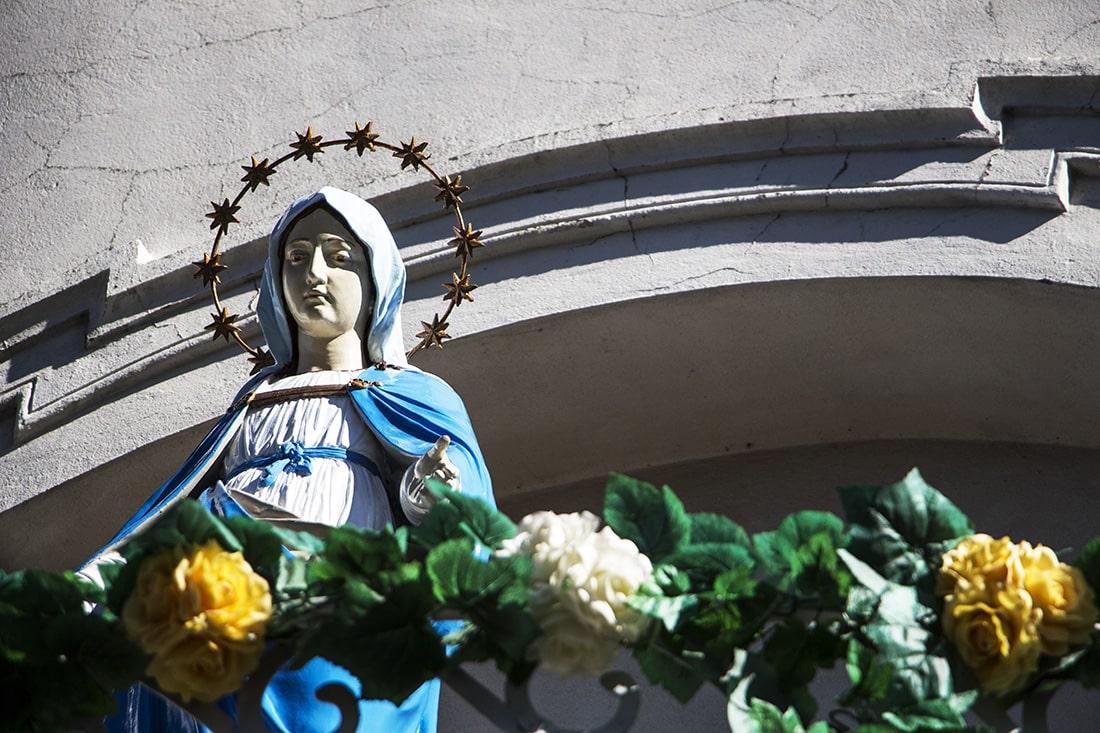 To ONA króluje w październiku! Wizerunek Matki Bożej na balkonie nad wejściem do kościoła