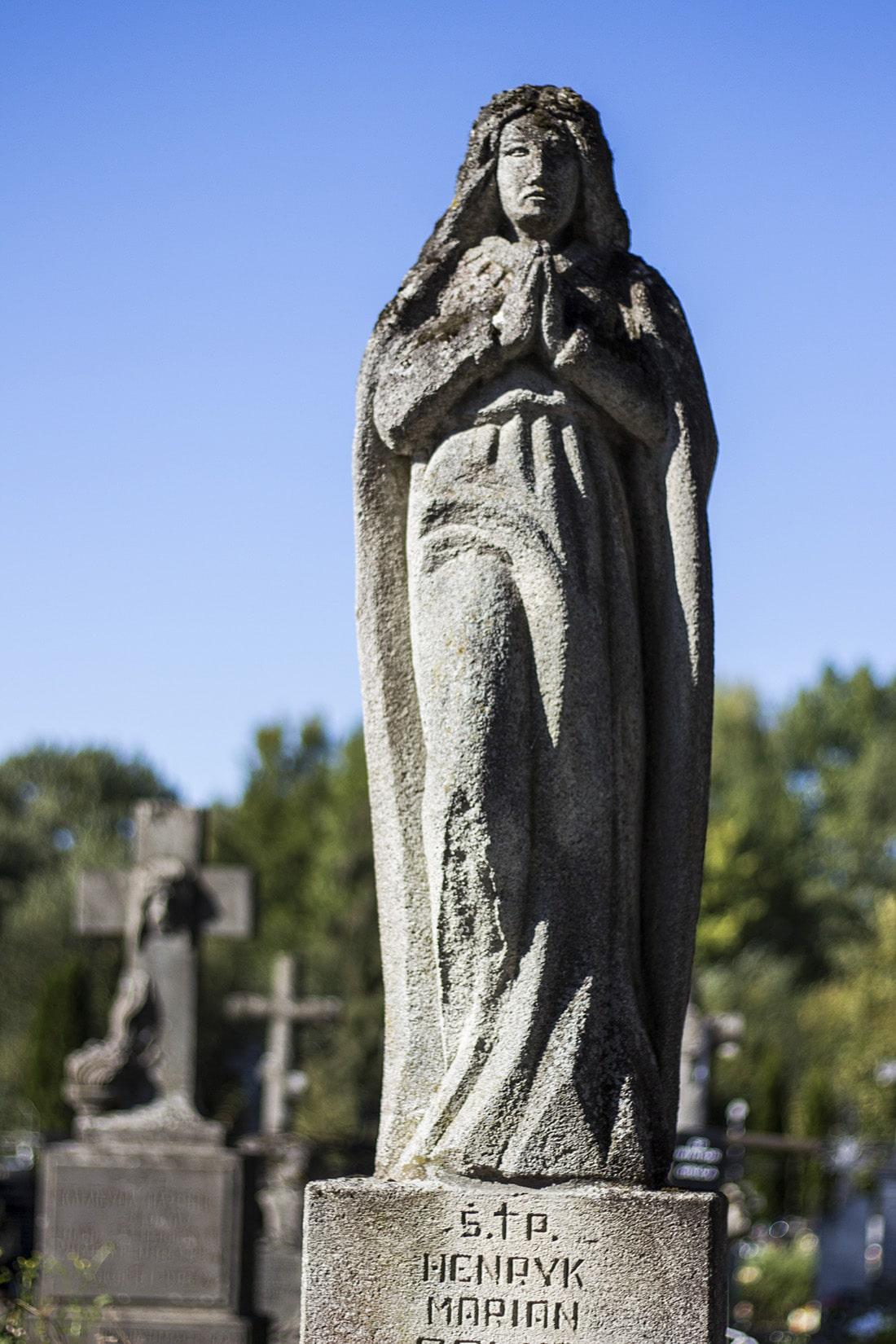 Majestatycznie i dostojnie - tak wyglądające rzeźby można spotkać na starym cmentarzu w Tarnogrodzie