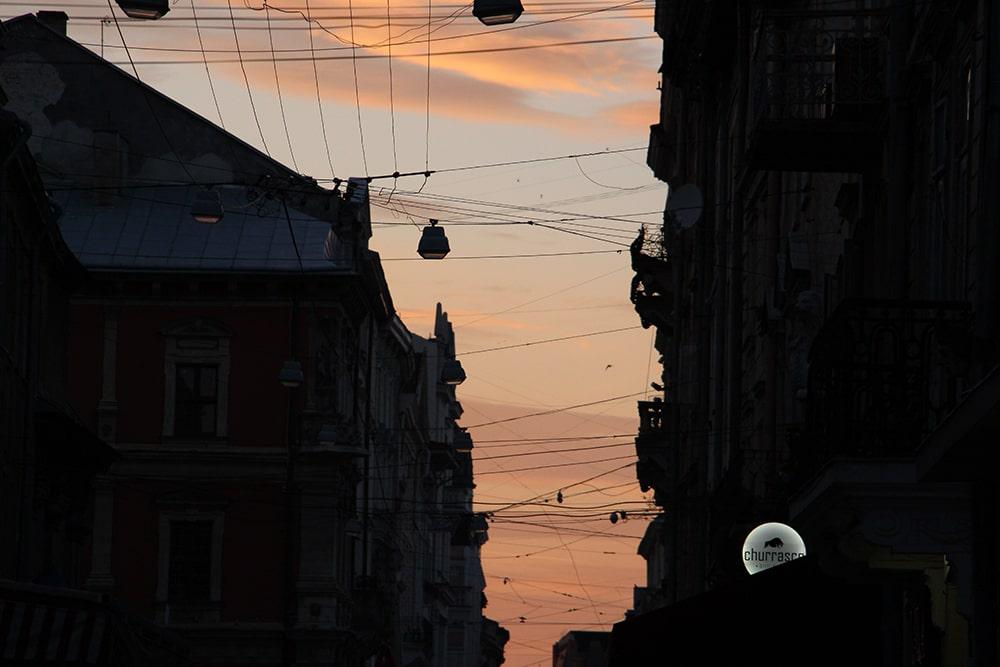 Zachód słońca w centrum Lwowa