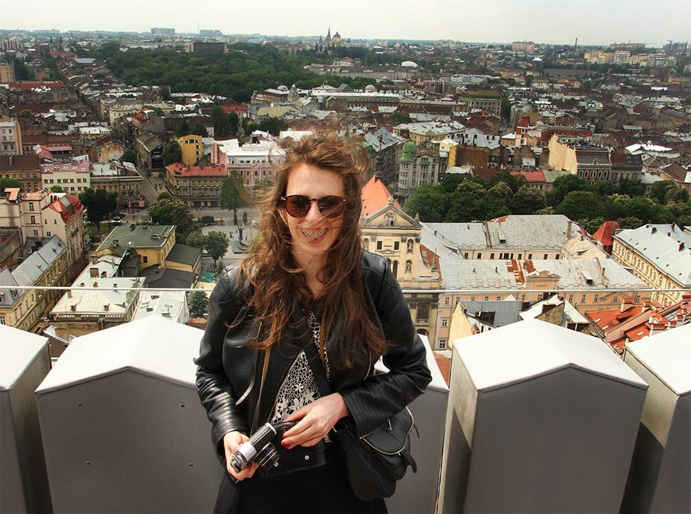 Jestem na Wieży Ratusza. Za mną panorama miasta.