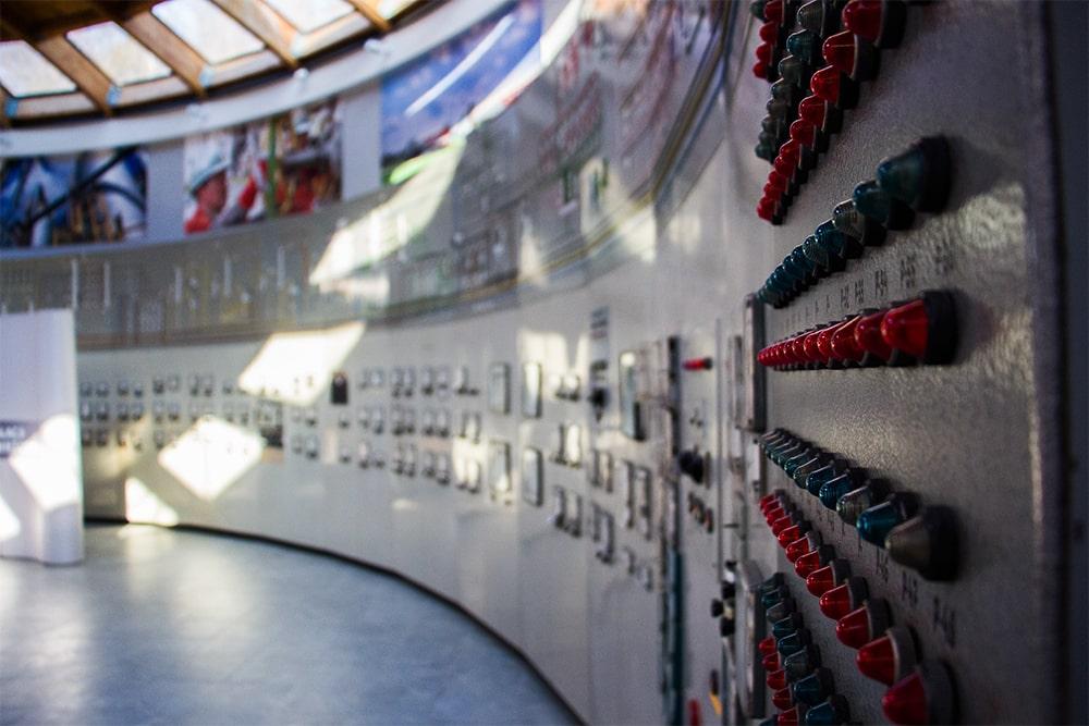 Sala ekspozycji rafineryjnych - sterownia instalacji destylacji rurowo-wieżowej w Bóbrce