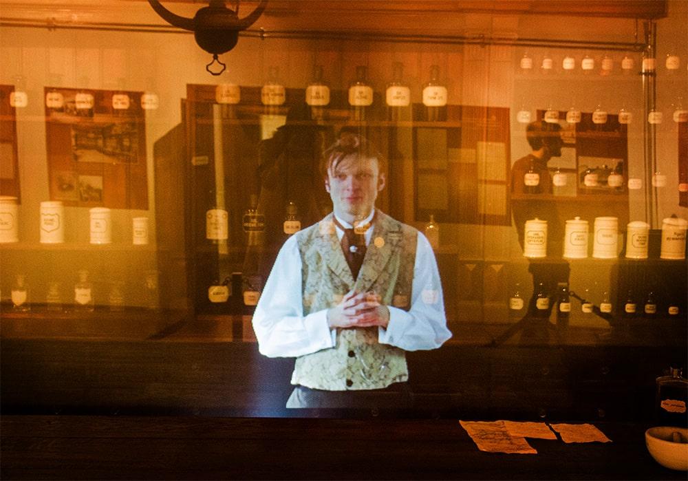 Praca Łukasiewicza w aptece - tak wygląda jedna ze scen multimedialnego słuchowiska.