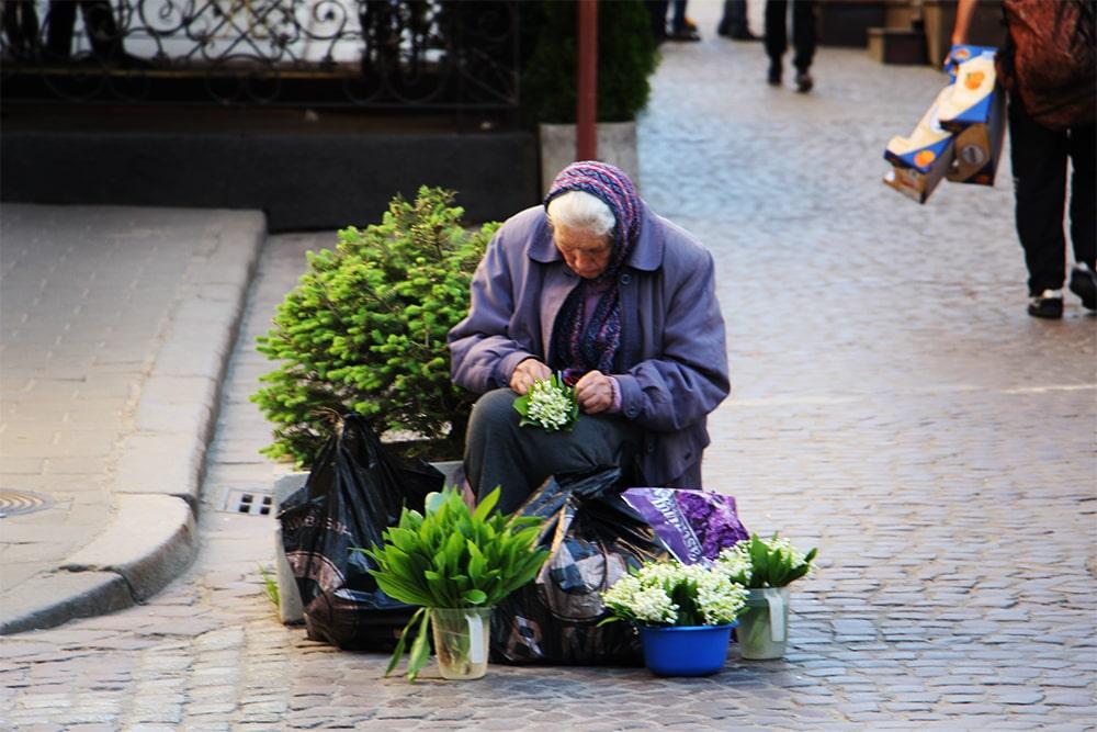 Maj - staruszka sprzedając kwiaty w centrum Lwowa