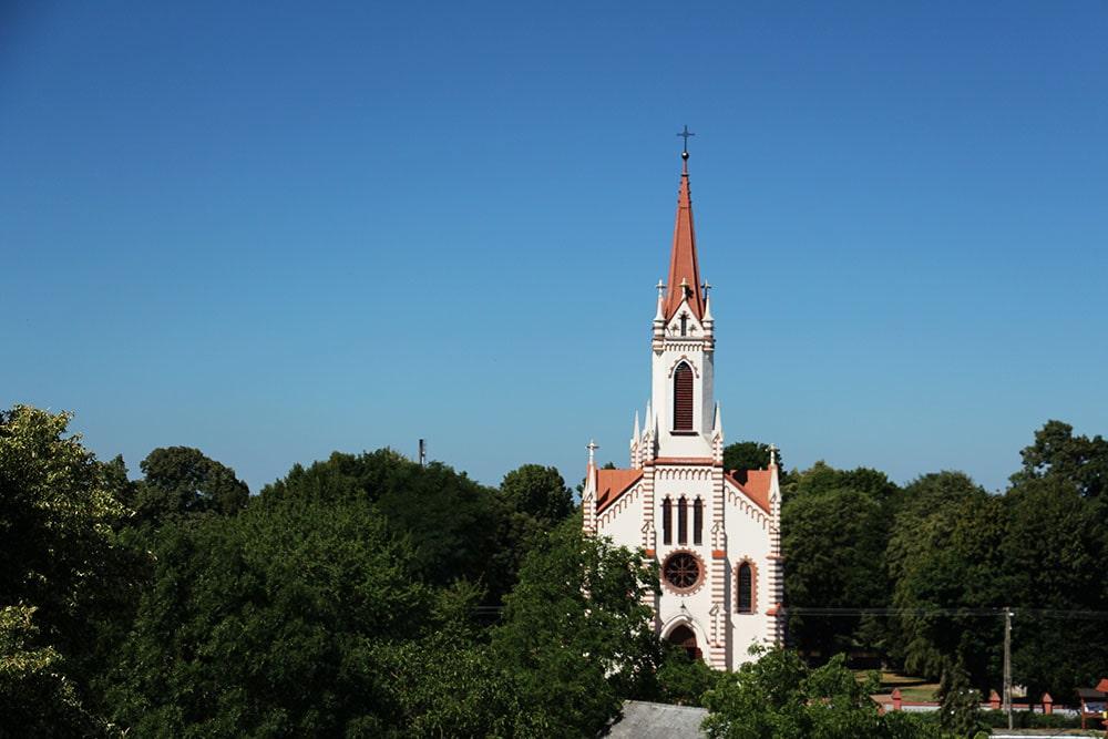 Widok z wieży widokowej w Różance na kościół św. Augustyna