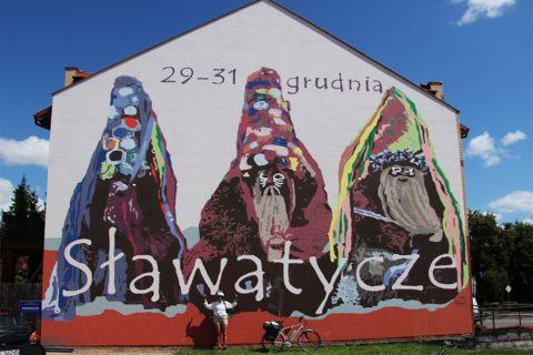 Pamiątkowe zdjęcie przed muralem w Sławatyczach.