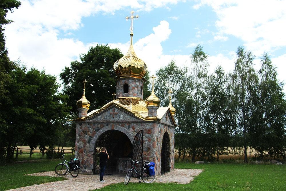 Kaplica Chrztu Pańskiego znajdująca się na parkingu naprzeciwko cerkwi, zbudowana jest z kamienia i uwieńczona pięcioma złotymi kopułami.