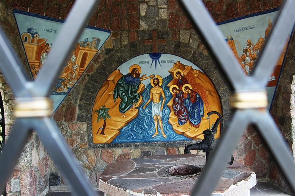 W środku kaplicy znajduje się polichromia ze sceną Chrztu Chrystusa. W środku jest źródło wody, ujęte w formę studni.