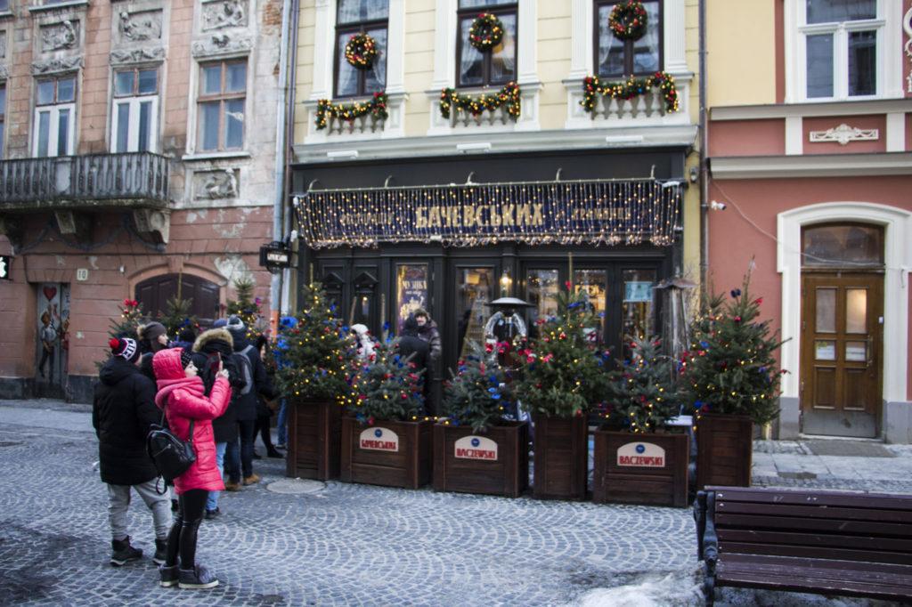 Przed wejściem do restauracji Baczewskich we Lwowie