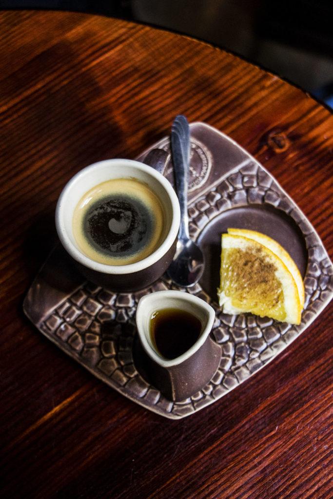 Manufaktura Kawy - podwójne espresso podawane z rumem i pomarańczą