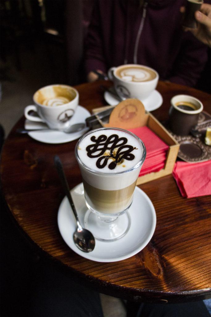 Kawę z mlekiem i karmelem w Manufakturze Kawy we Lwowie