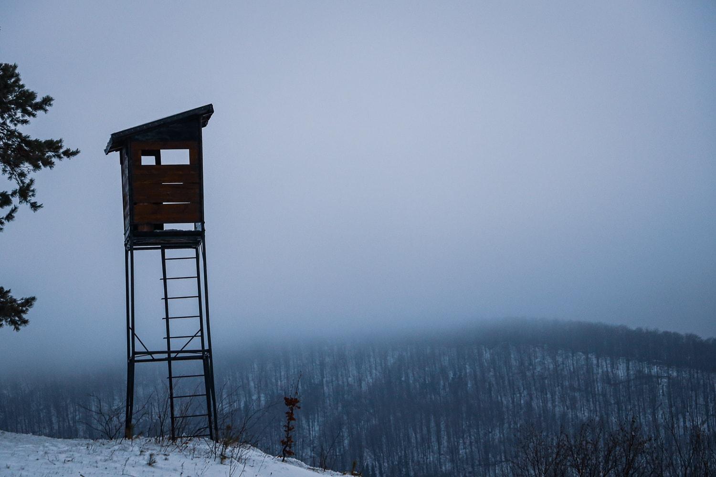 Beskid Niski - zimowy widok na szczyty Beskidu Niskiego widziane z przejścia granicznego, tuż za Wysową.