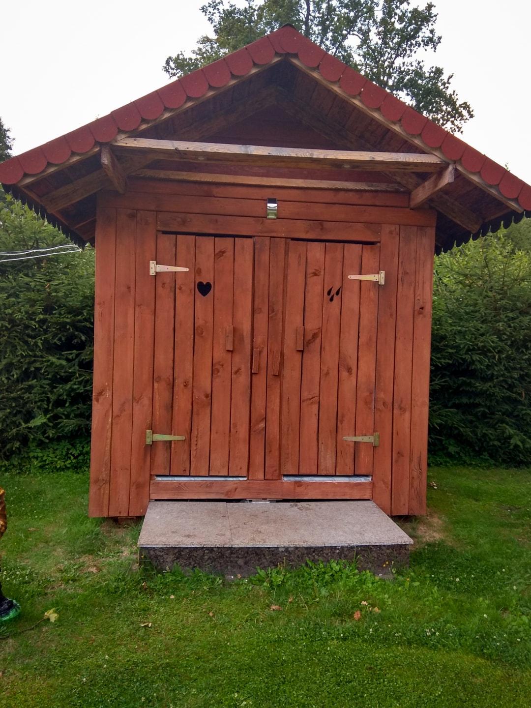 Zewnętrzna toaleta i prysznic w gospodarstwie agroturystycznym Siedlisko pod Dębami