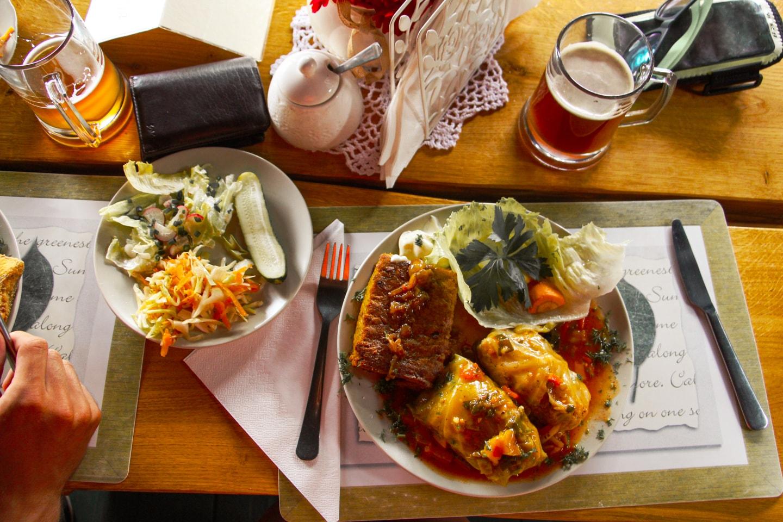 """""""Gościniec na Wzgórzu"""" menu - Gołąbki z z tradycyjną mazurską babką ziemniaczaną"""