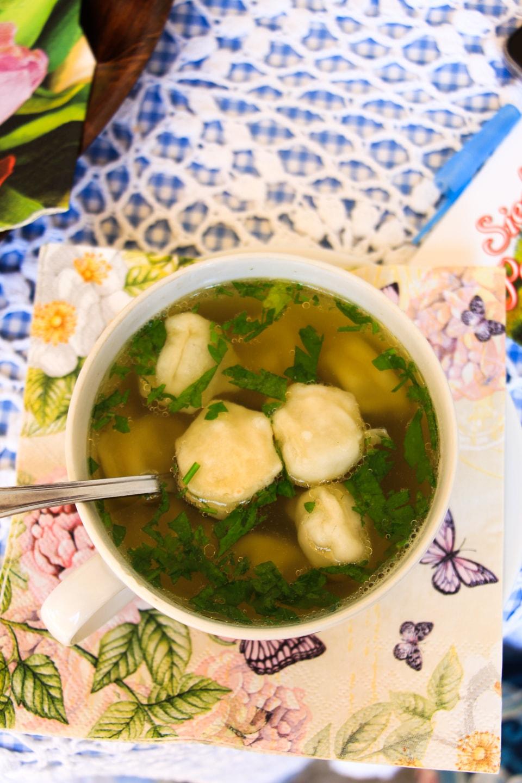 Rosół z kołdunami w restauracji Natangia